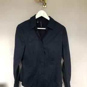 Helt ny skjorte med detaljer ved kraven samt ved ærmerne