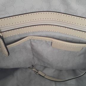Anden taske, Michael Kors  Brugt få gange og ellers har den stået i skabet. Tasken er i god stand, men har lidt skønhedsfejl i bunden.  L:35 cm D:18 cm H: 22 cm Hanke: 34 cm. Bytter ikke.