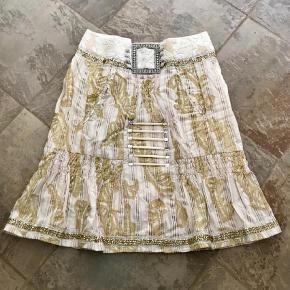 Varetype: Midi Farve: Multi Prisen angivet er inklusiv forsendelse.  Meget smuk og special nederdel fra Munthe. Den har så mange fine detaljer. HUSK at se mine andre annoncer - har mange 😊 BYD!