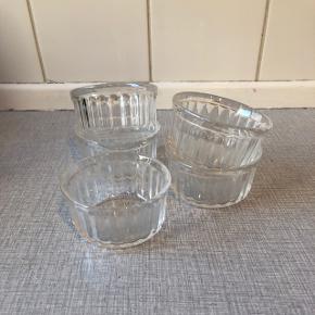 Sælger disse fem små glasskåle, som står som nye.