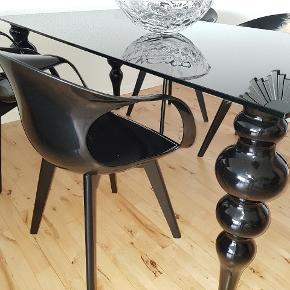 Sælge den flotteste og unike spisebord samt med flote stole i sort farve  Bord er i højglans og glas og stole er lavet af stærk plastik og med træben  Meget velholdt og sælge kun for en rigtig pris da jeg gerne vil købe noget andre ??  Ny pris for bord var 9000 kr og for en stol var 1000 kr  Sælge kun samlet!! Bredde 90 cm  Længede 200 cm