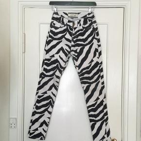 Højtaljede jeans med zebra mønster By Malene BirgerStr. 26/32 Er som nye. Afhentes Kbh Sv eller sendes med DAO.