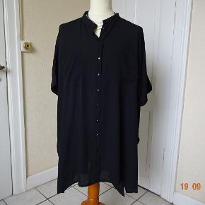 Bluse i str 50 sælges, den er meget stor, der er lommer i siden af skjorten,    Bytter ikke. Brystmål:88 x2 Længde: 92 Materiale: 100 % Polyester Prisen er 90 kr + porto. Se også de andre annoncer jeg har i BIB.