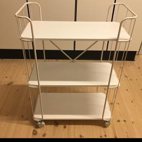 HELT NY RULLEVOGN - du kan få den samlet eller usamlet ;-) Jeg har 1 stk. i hvid og 1 stk. i grå, som jeg ikke får brug for alligevel. Kan nemt (spray)-males i din yndlingsfarve!  Måler 86 x 62,5 x 30,5 cm. Lavet i træ og metal.  Utrolig mange anvendelsesmuligheder - fx ekstra opbevaring i køkken eller badeværelse, som reol eller sengebord, eller hæng den op som væghylde (hjulene skruet af) :-)  Sælges for 275 kr. Kan afhentes i Farum eller evt. leveres mod betaling (2 kr. pr. km hver vej - dog ikke til andre ender af landet).
