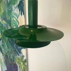 Retro lampe med grøn emalje. Fatning til pære samt ledning er inkluderet, så den er klar til bare at blive sat op!  . . . Følg mig på min insta; astridvinterberg, hvor du hovedsageligt kan se mine kreationer indenfor keramikkens verden 👏🏻🥰