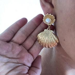 Fine øreringe (ørestikker).  Ikke ægte guld. Kom med et bud! Jeg har givet 300kr for dem.