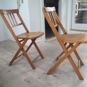 Den ene stol er solgt, så jeg har 3 retro stole i træ, der sælges for 225 kr. pr. stk., eller 550 kr. for alle tre. De er i meget fin stand. Siddehøjde 47 cm, sædebredde 37 cm, højde på hele stolen 82 cm. To forskellige ryglæn.