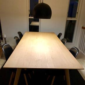 Corvo spisebord i massiv egetræ - sæbebehandlet 95x220cm inkl. 2 stk. tillægsplader á 50cm, så bordet kan blive 320cm langt.  Bordet er købt i 2016.  Nypris inkl. tillægsplader 8.200kr.