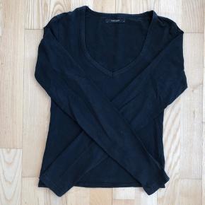 Sort bluse med V udskærning  Afhentes 8000 Aarhus C  Lille i størrelsen passer xs/s  Eller sendes med Dao for 38kr.