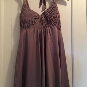 Brand: vera moda Varetype: top Farve: Grå  Grå top/ kjole ( ved ikke lige hvorfor den ikke ser grå ud på billedet ) ...aldrig brugt