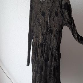 Fin kjole til lige over knæet med guldglimmer og sorte fløjlsblomster / burnout-mønster. Brugt to gange. Transparent øvre del.  Har for mange kjoler 😊