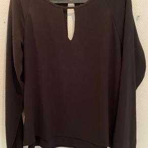 Sød skjorte-bluse med detaljer for og bagpå