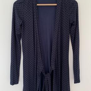 Slå-Om Kjole fra Rosemunde i noget stretchy materiale. Størrelse 34 som svarer til XS: