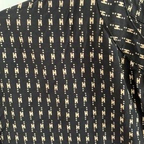 Flot skjorte fra heartmade. Sort med beige. Rigtig  fin stand.