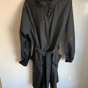 Fed regnfrakke fra rains   Modellen hedder over curve jacket, nypris 749.  Brugt 2 gange og fremstår derfor som ny  Sælges for 450 pp