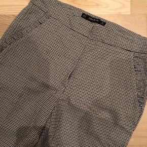 Helt nye fine stump bukser med tern og fine detaljer ved lommerne. Desværre købt for små