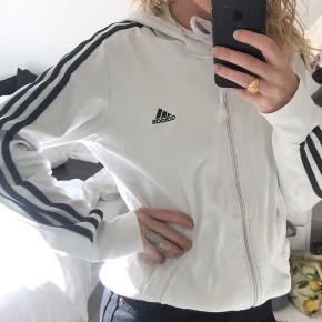 Adidas sweatshirt i str. M - jeg er dog XS, og har også brugt den :)