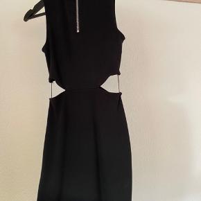 Stropperne i siden af kjolen kan klippes af Kjolen er lidt lille i str. 🤍