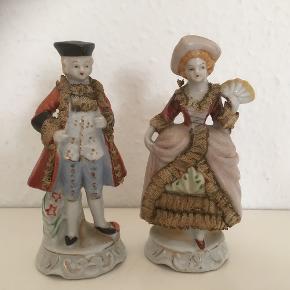Gamle porcelænsfigurer med originale stofstrimler pålimet   Ca 13 cm høje   Fin stand   Sender gerne   Se flere annoncer    Samlet