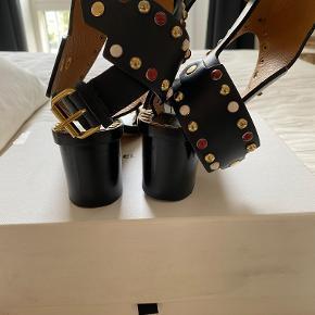- Sandalerne er brugt 2-3 gange de lidt slidt under fodsålen  - Kvittering haves - sko æske samt skopose haves