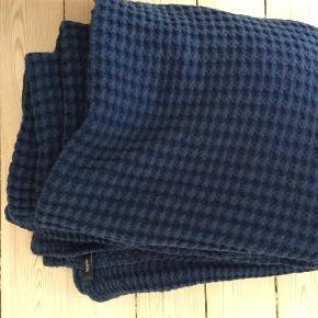 Mørkeblåt sengetæppe fra magasin i tykt stof ca. mål 175x240cm