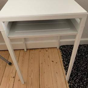 Flot bord fra Ikea. Kun den grå side har en ridse. Np er 199kr. Skal fra Aalborg C.  Se også her: https://www.ikea.com/dk/da/p/nyboda-sofabord-vendbar-bordpla-hvid-gra-60342642/  Afhentes på Aalborg 9000, og I er velkommen til at komme og se den og andre produkter (festkjoler, dekorationer,møbler og andre) jeg har til salg, grundet flytning.