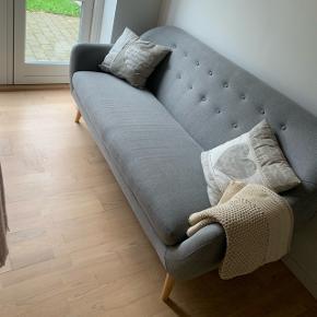 Sofa, grå med lysetræben. Meget meget fin stand. Pris er fast.