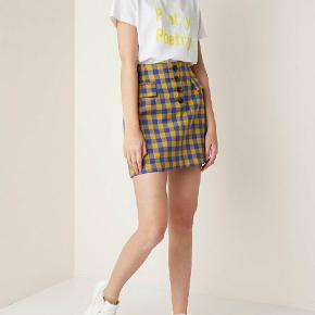 Højtaljet nederdel. Sælges da den desværre er for stor. Kun brugt få timer én gang. Fremstår ny.