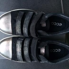 Flotte sko i sort/sølv samt velcrolukning. De er dejlige og behagelige at gå i.  Måler 18,5 cm  MP 295,- pp