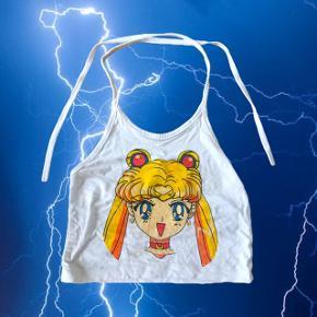 Sailor Moon 🧚🏼♀️ halterneck top fra O-Mighty. Ikke brugt så meget men printet er lidt 'krakeleret', det kan ikke rigtig undgås, så ellers god stand (se billede i kommentar)  ❌ læs min shop beskrivelse ❌