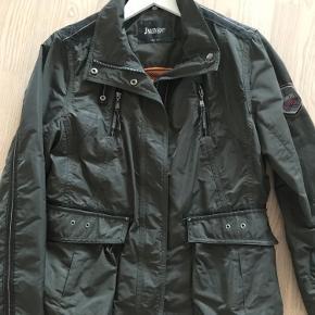 Lækker jakke fra Junge, med masser af detaljer lommer og lynlåse. Brugt 2 gange. Oprindelig pris 1299 kr.