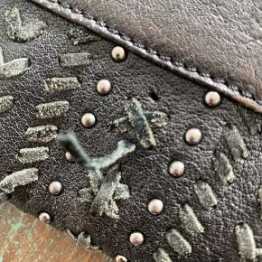 Taske med nitter i ruskind og læder fra ZARA.  God men brugt. Derfor pris 👍🏽