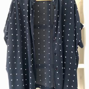 Lækker sort/beige kimono med kinakrave og knapper ned foran.