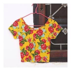 🔸️T-shirt court jaune a fleurs 👚Taille S 🔸️Porté 1X