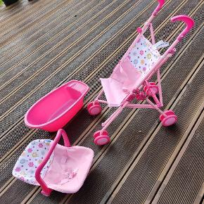BYD! Min søster vil gerne sælge noget dukke legetøj, en klapvogn, et badekar og en autostol i pink.