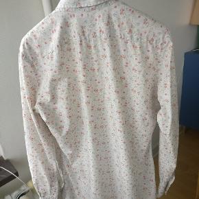 Flot blomstret skjorte i ren bomuld. Str. 15, 5 hvilket er en M. Slim fit pasform Mp 275