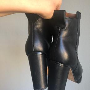 Fine læder støvler fra & Other Stories. Brugt 3-4 gange i alt.  Pris: 250kr.   Bytter ikke.   Kan afhentes i Vanløse (sender ikke)