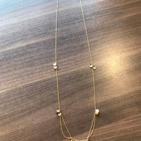 80 cm kæde med fastgjorte små sorte sten i guldblade, fin stand. Dog er låsen skiftet til sølv/stål.