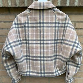 Samsøe Samsøe Ziri jakke Sælger fordi jeg desværre ikke har fået den brugt.  To lommer foran og to i siden Varm til det kolde vejr 🌨❄️