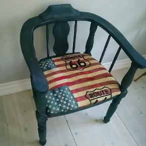 Lækker ny renoveret stol med sejt betræk. Farven er slidt matsort med et twist af blåt.