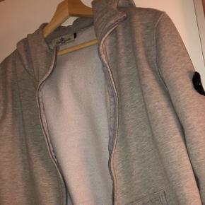 Stone Island trøjeStørrelse L men fitter en S Np: 2500 Mp: 700 Det eneste den fejler er, at den er brænd lidt ved toppen af lynlåsen.  Kvitteringen er mistet ved flytning