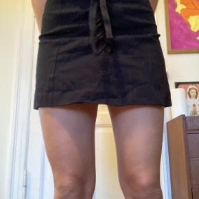 Cute nederdel i kraftigt men blødt materiale  fra stories - har det fineste bindebånd foran