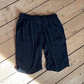 Shorts der går til lige over knæene