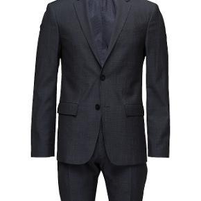 Jakkesæt, Calvin Klein, str. findes i flere str., Navy, Ubrugt  Fantastisk flot navy-jakkesæt fra Calvin Klein, hvor jeg kun har haft jakken på til én lejlighed.   Buksen har jeg aldrig gået i.  Modellen er str. 52 (L) et slimfit.  Nypris: 4500 kr.