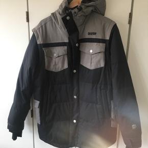 Orage skijakke. Lidt slidmærker ved armene, men ellers i rigtig fin stand. Ærmerne kan lynes af, så jakken fungerer som en vest.