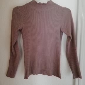 Tætsiddende højhalset trøje fra Buchs eget mærke. Sælges da den desværre ikke er tætsiddende til mig.