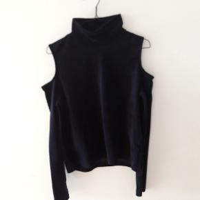 Mørkeblå velour bluse med åbne skuldre og turtleneck hals.