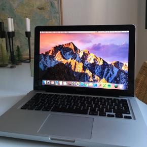 """Macbook Pro 13"""", medio 2012 Se 2. billede for specifikationer.  Fungerer perfekt, sælger da jeg har købt ny. Lidt ridser på undersiden (se billede), men ikke noget, der betyder noget. Ingen buler, og har altid passet godt på den.  Lader medfølger og virker, men vil anbefale at købe ny, da den er gået i stykker i samlingerne (spørg for flere billeder)."""