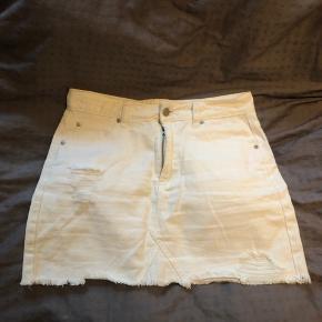 Hvid denim nederdel fra Boohoo. Det er en str. 40, men den passer en str. 36/38