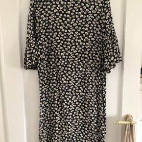 Så fin kjole i mørkeblå med hvidt mønster fra Ganni. Str. 38 Brugt få gange og fejler intet.   MP: 300,-kr pp 🌸  BYTTER IKKE